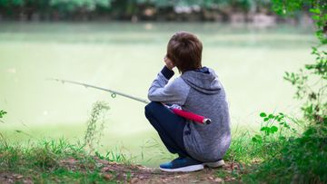 Poika kalastus lapsi kalastaa
