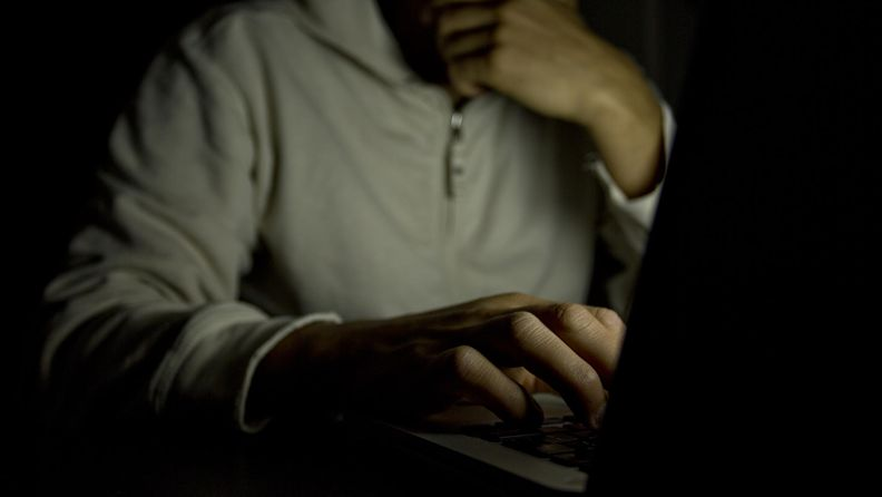 mies, tietokone, pedofiili, internet