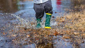 AOP lapsi, leikki, lätäkkö, piha, kumisaappaat, sade, syksy