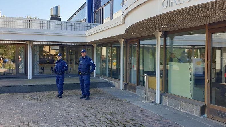 poliisit_porvoon_epäiltyjen_ampujien_vangitsemisistunnon