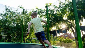 poika trampoliinilla