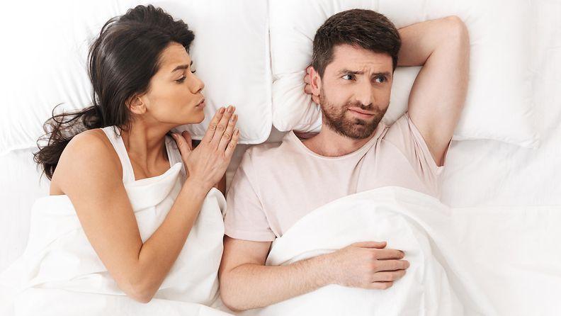 pariskunta sängyssä, riita