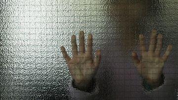 Kiusaaminen koulu lapsi hyväksikäyttö yksinäisyys kuvitus AOP