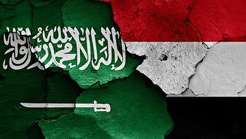 Saudi-Arabia ja Jemen liput seinässä 2015