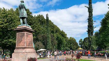 Helsinki esplanadin puisto ihmisiä AOP