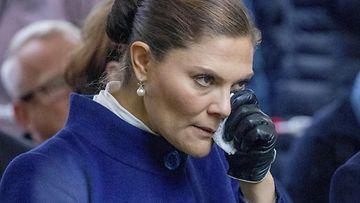 Prinsessa Victoria itkee Estonian muistotilaisuudessa vaakakuva