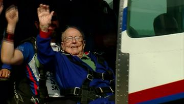 94-vuotias laskuvarjohyppääjä