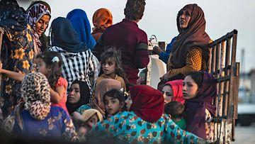 siviilejä pakenemassa Ras al-Ain Pohjois-Syyria 9.10.2019 1
