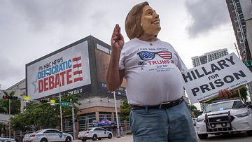 Trump kannataja vastustamassa Hillary Clintonia