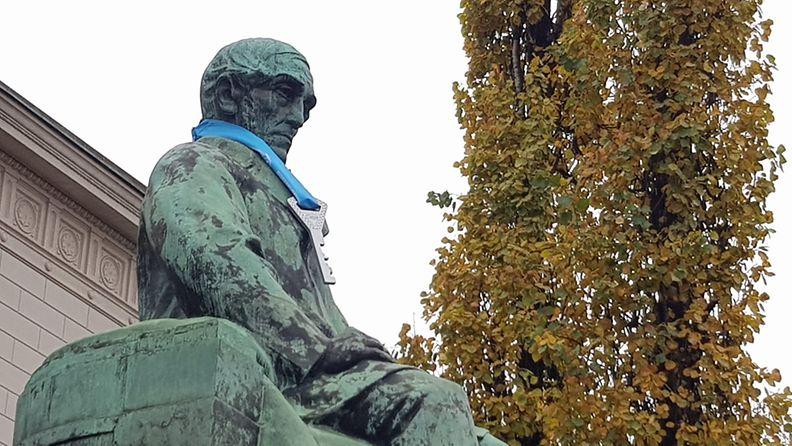 J. V. Snellmanin patsaan kaulassa roikkui suurikokoinen avain.