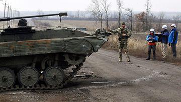LK Itä-Ukrainan Ukrainan joukot vetäytymässä, Etyj-tarkkailijoita 3