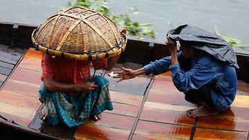 Hirmumyrsky bulbul runteli Intiaa ja Bangladeshia.