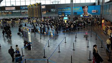 AOP lentokenttä, helsinki-vantaa, turvatarkastus, passijono, lentäminen