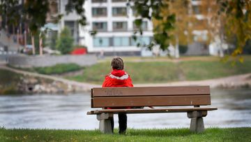 aop yksinäisyys, ulkoilu, puisto, nainen, penkki