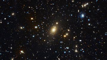 Abell 85 -galaksijoukko. Holm15A-galaksi näkyy keskellä kirkkaana. Kuva: Matthias Kluge/USM/MPE