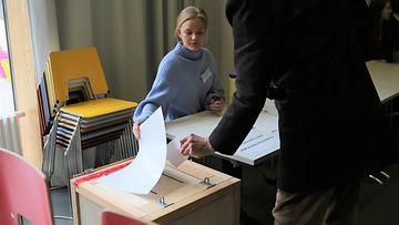 eduskuntavaalit vaalivirkailija äänestäjä kuvituskuva 2019