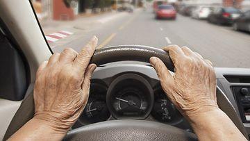 nainen ajaa