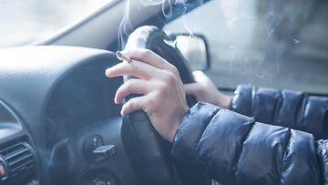 tupakointi autossa tupakka savuke