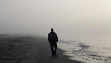 yksinäinen mies rannalla
