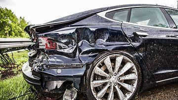 tesla model s kolari liikenneonnettomuus