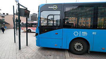 julkinen liikenne bussi linja-auto kuvituskuva pysäkki