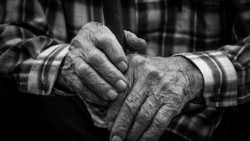 vanha mies kädet
