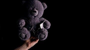 aop pehmolelu, kuvitus, lapsen hyväksikäyttö, perheväkivalta