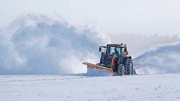 aop traktori, lumenauraus, lumi
