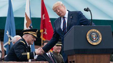 Mark Milley ja Donald Trump paiskasivat kättä syyskuu 2019