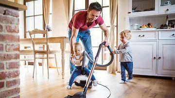 isä opettaa siivoamista