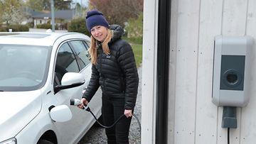ladattava hybridi plug-in volvo v60 sähköauto lataus lataaminen kotilataus