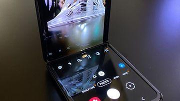 Kamerasovellus Galaxy Z Flipissä näyttö avattuna 90 asteen kulmaan