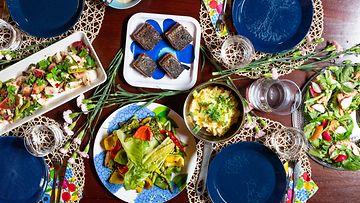 Pöytä ruokineen (1)