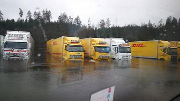 Kuorma-autot joutuivat veden varaan – hurja tulva aiheutti mittavat vahingot