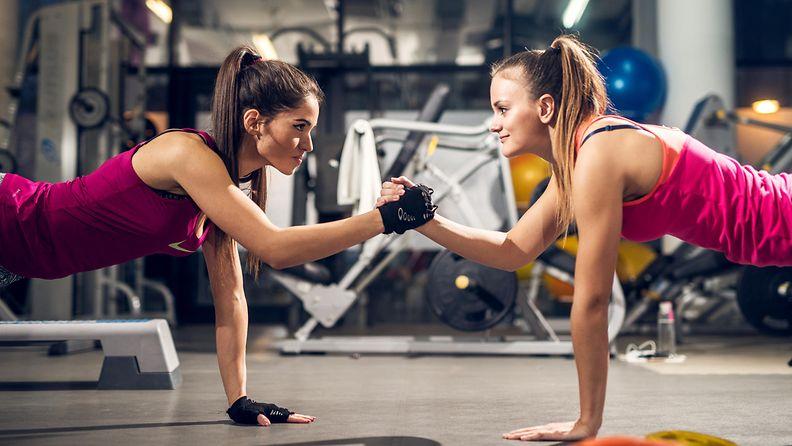 Naiset treenaamassa