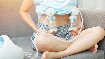 Nainen pumppaamassa rintamaitoa