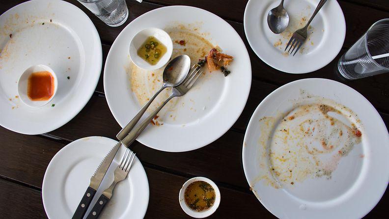 Ravintola pöytä lautaset sotku