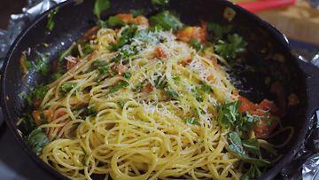 pasta arrabiata kaappaus keittiössä