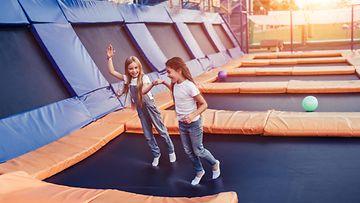 Pikkutytöt trampoliinilla, trampoliinipuisto