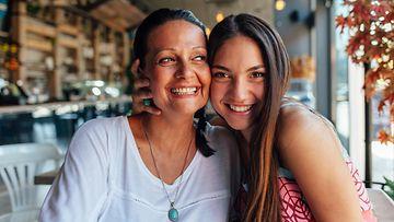 Äiti ja tytär kahvilassa