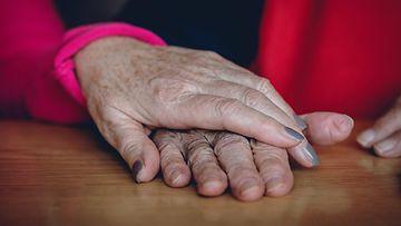 aop vanhus eläkeläinen kädet isoäiti isoäiti mummo kuvituskuva