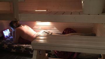 varpu hintsanen teini saunassa nukkumassa
