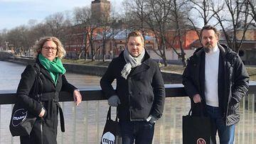 Turun ruokalähettiläs Heli Nieminen Jappiksen digimarkkinointipäällikkö Janne Saarinen ja toimitusjohtaja Janne Siljamäki
