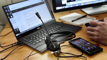 etätyö puhelin kuulokkeet LK ladattu 13.4.20
