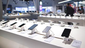 Elektroniikkaliikkeessä kännyköitä