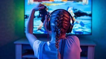 Tyttö pelaa videopeliä