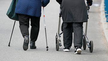 AOP vanhus ikäihminen ulkoilu iäkäs kävely