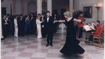 prinsessa Diana tanssii John Travoltan kanssa Valkoisessa talossa 1985