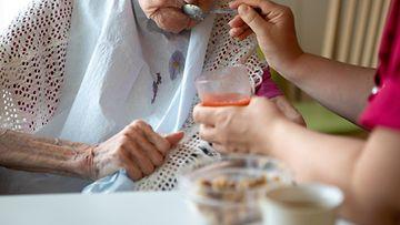 Lähihoitaja, vanhus, hoitolaitos