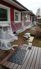 Omistajat ovat suojaneet kotejaan tulvavesiltä Rovaniemellä.